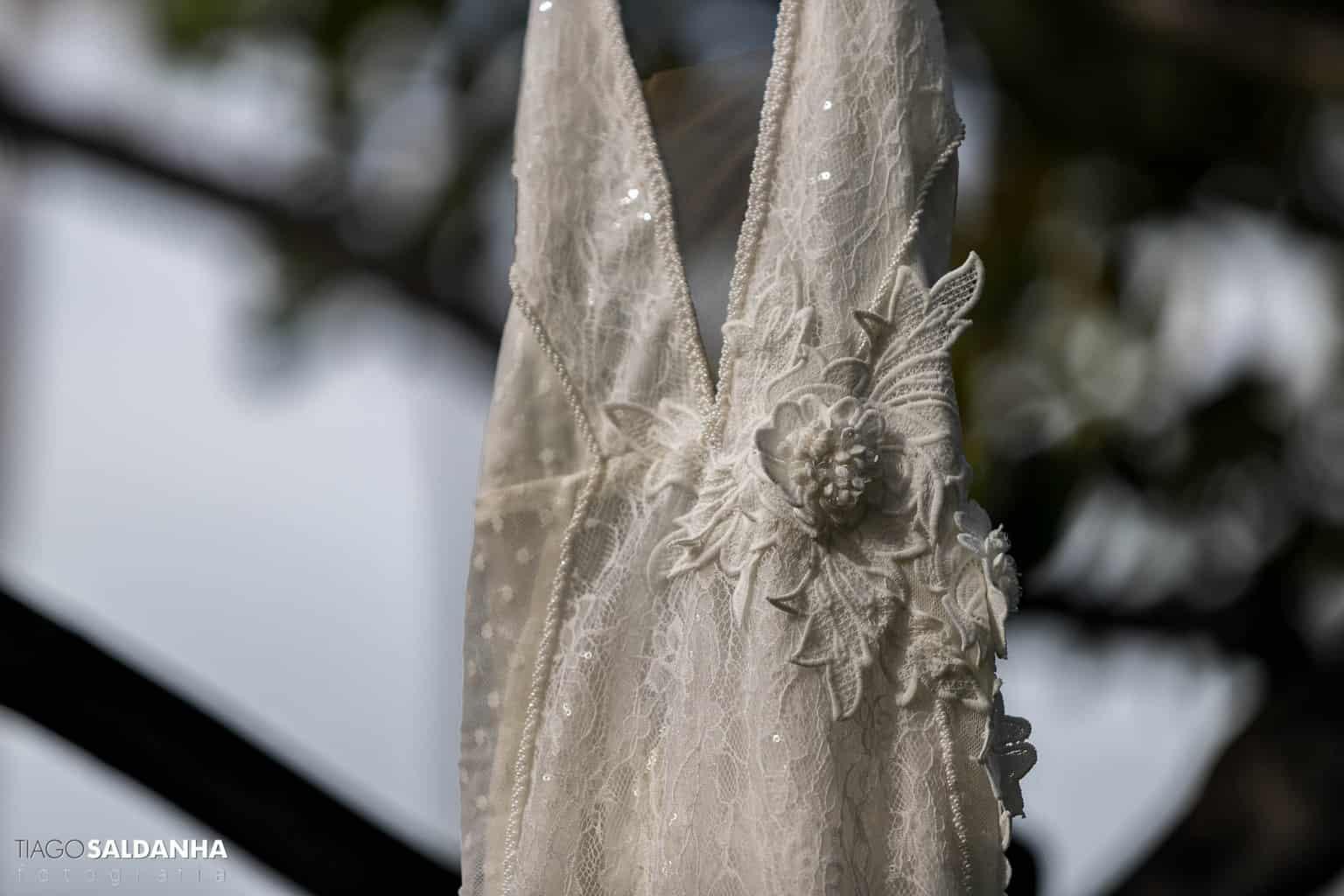 Aliança-no-Espelho-Casamento-Chandrélin-e-Laureano-cerimonia-na-praia-Chan-e-Lau-making-of-Rio-da-Barra-Vanessa-Lucietto-vestido-de-noiva7