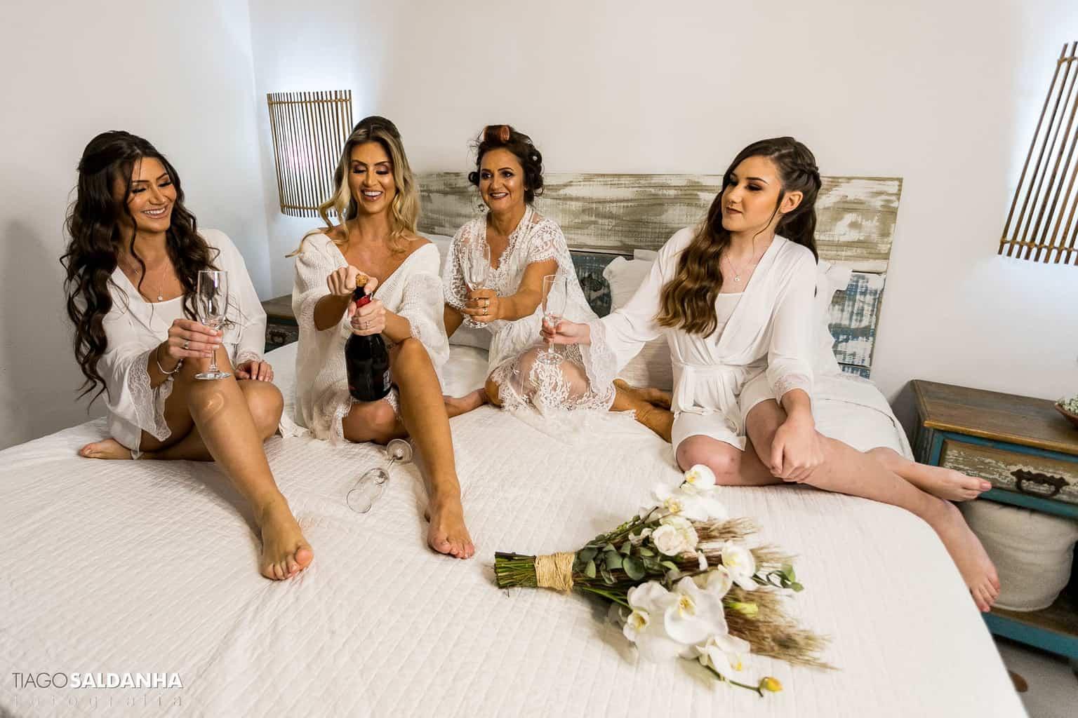 Aliança-no-Espelho-Casamento-Chandrélin-e-Laureano-cerimonia-na-praia-Chan-e-Lau-making-of-Rio-da-Barra11