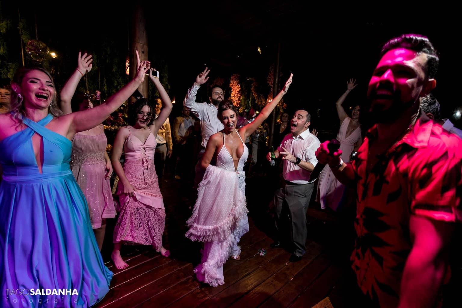 Aliança-no-Espelho-Casamento-Chandrélin-e-Laureano-cerimonia-na-praia-Chan-e-Lau-noivos-na-pista-Rio-da-Barra38