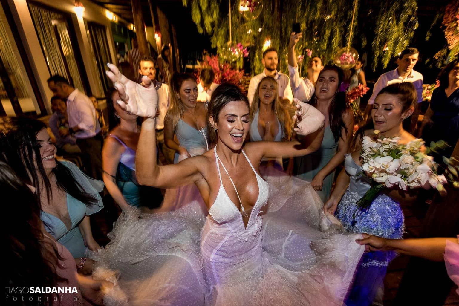 Aliança-no-Espelho-Casamento-Chandrélin-e-Laureano-cerimonia-na-praia-Chan-e-Lau-noivos-na-pista-Rio-da-Barra41