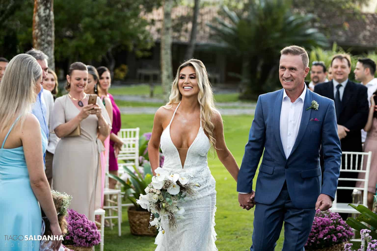 Aliança-no-Espelho-Casamento-Chandrélin-e-Laureano-cerimonia-na-praia-cerimonia-no-jardim-Chan-e-Lau-Rio-da-Barra19