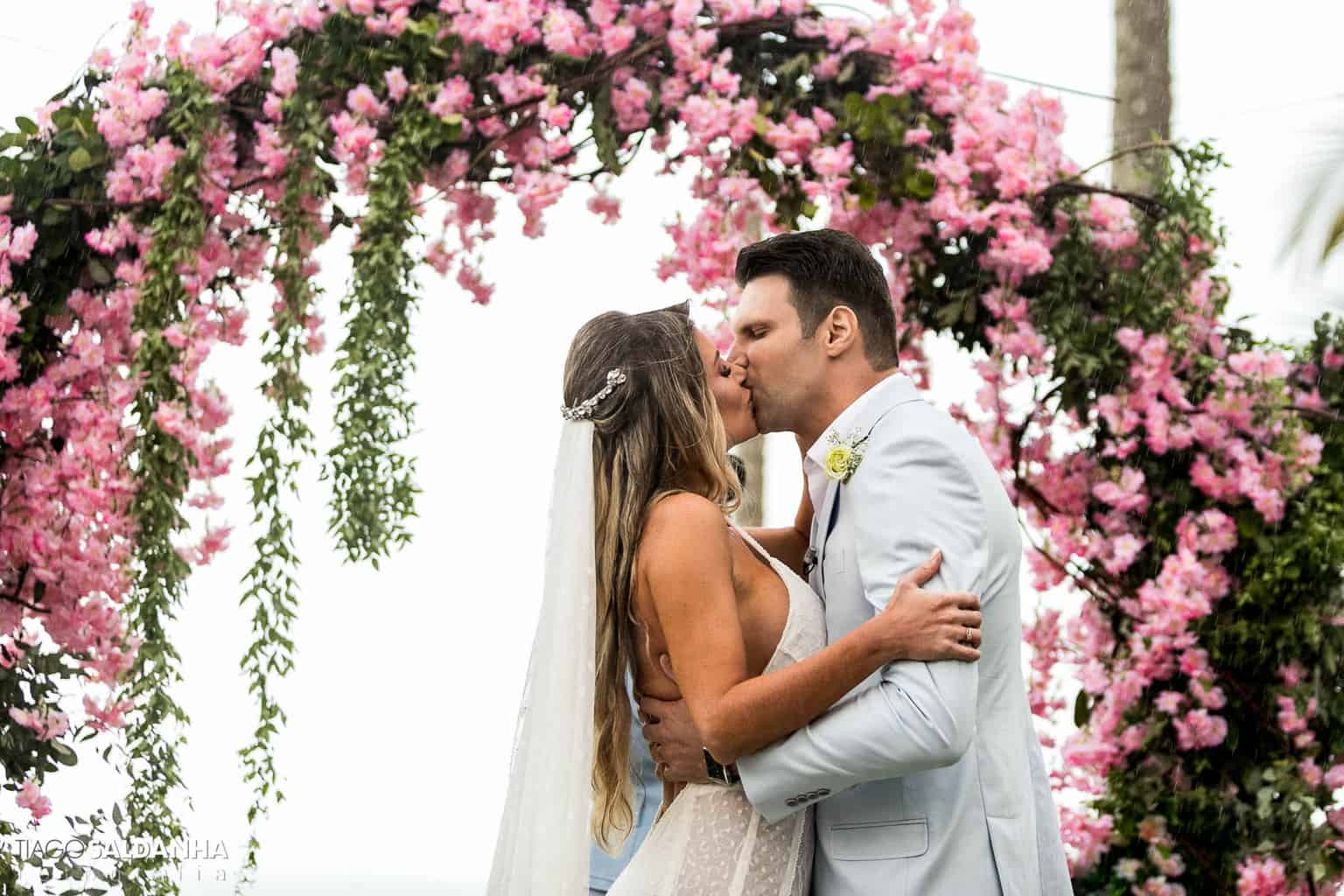 Aliança-no-Espelho-Casamento-Chandrélin-e-Laureano-cerimonia-na-praia-cerimonia-no-jardim-Chan-e-Lau-Rio-da-Barra25