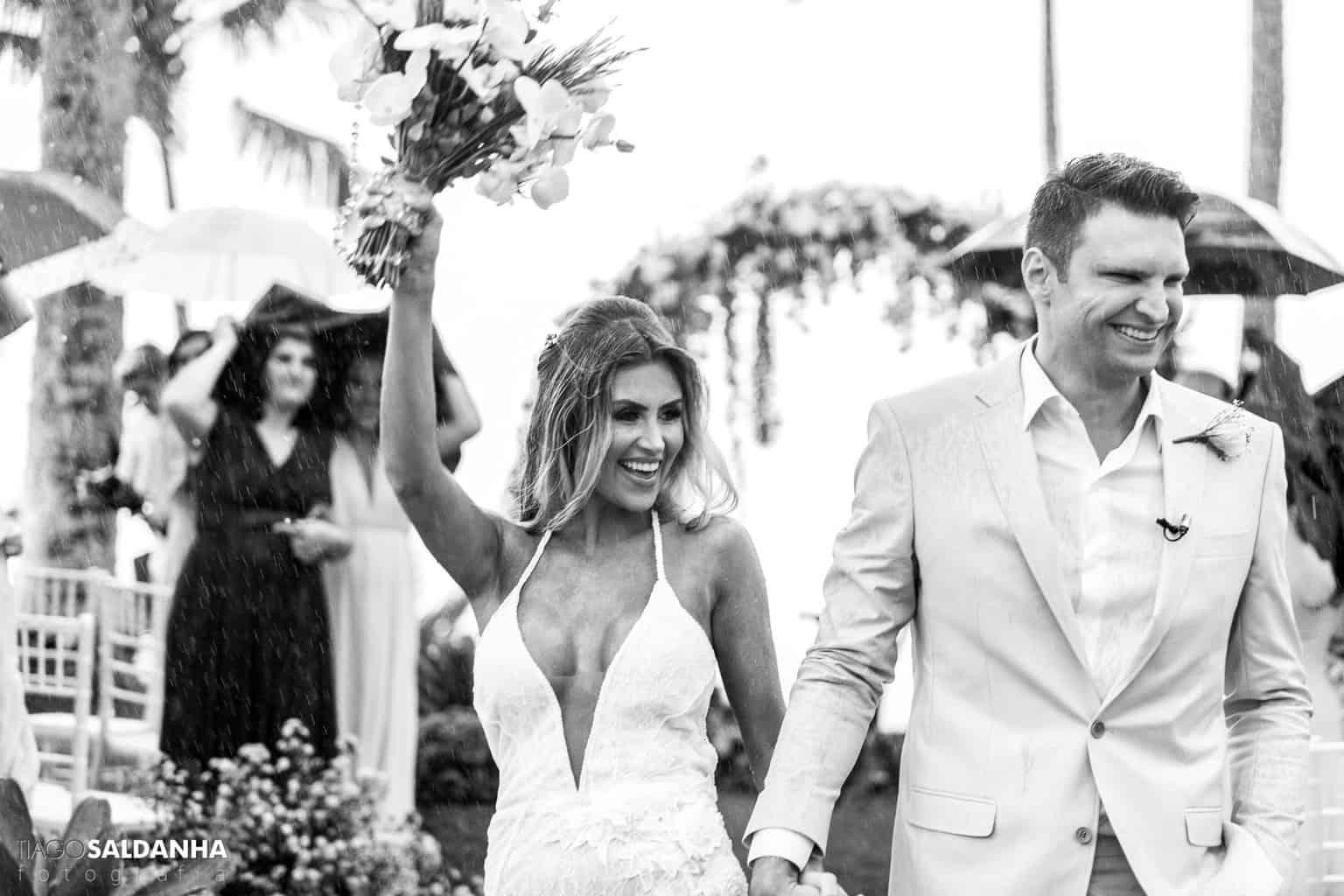 Aliança-no-Espelho-Casamento-Chandrélin-e-Laureano-cerimonia-na-praia-cerimonia-no-jardim-Chan-e-Lau-Rio-da-Barra26