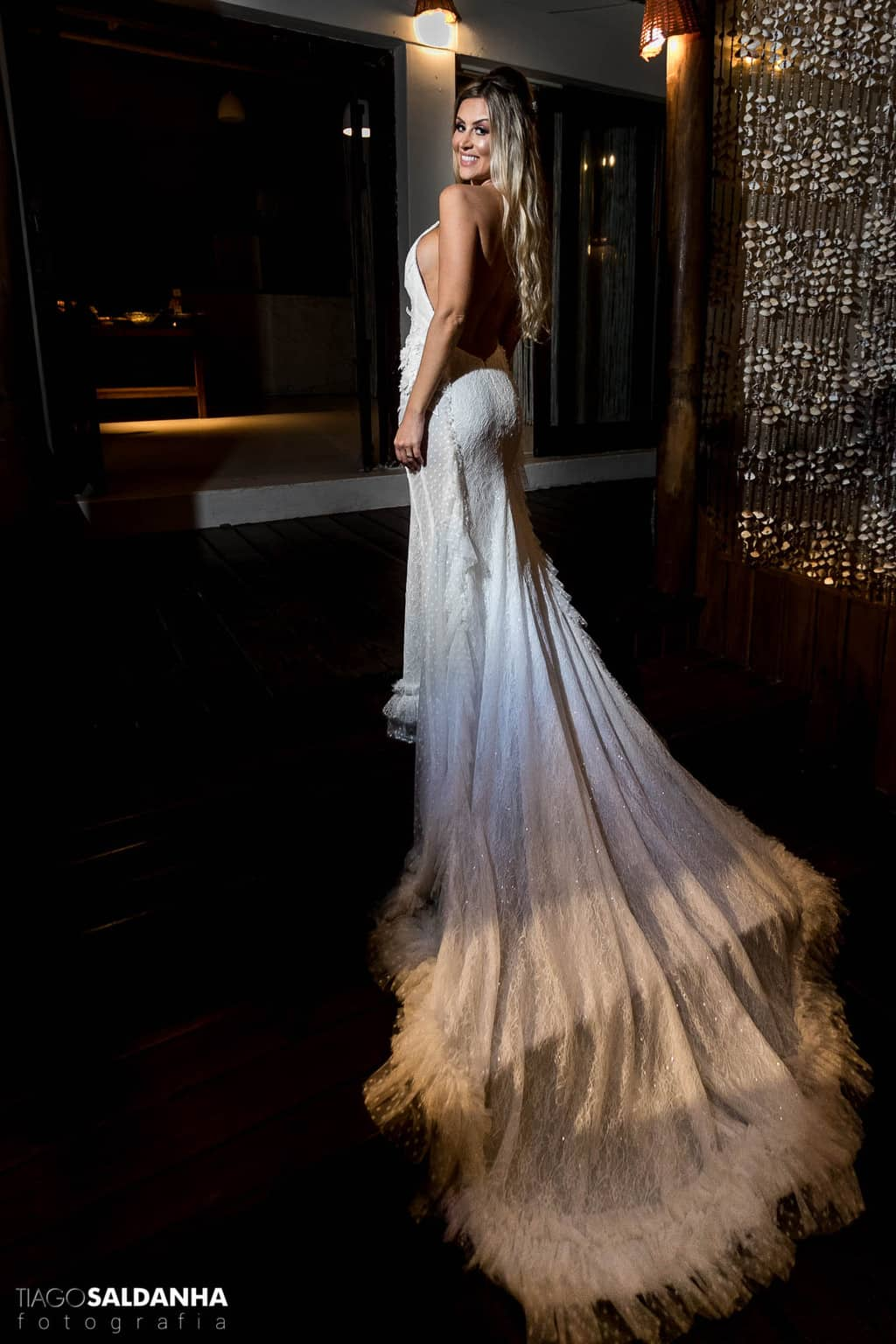 Aliança-no-Espelho-beleza-da-noiva-Casamento-Chandrélin-e-Laureano-cerimonia-na-praia-Chan-e-Lau-Rio-da-Barra29