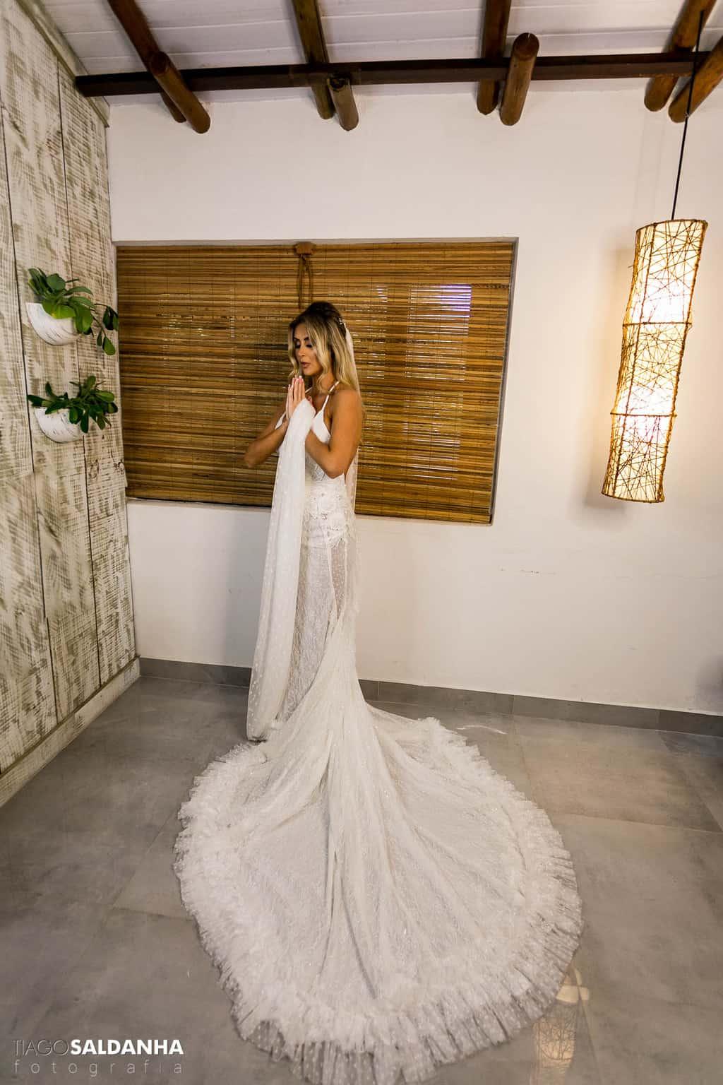 Aliança-no-Espelho-beleza-da-noiva-Casamento-Chandrélin-e-Laureano-cerimonia-na-praia-Chan-e-Lau-making-of-Rio-da-Barra15