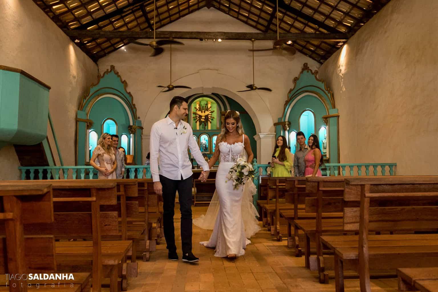 Casamento-Chandrélin-e-Laureano-cerimonia-na-igreja-Chan-e-Lau-foto-do-casal-Igreja-do-Quadrado-Trancoso4
