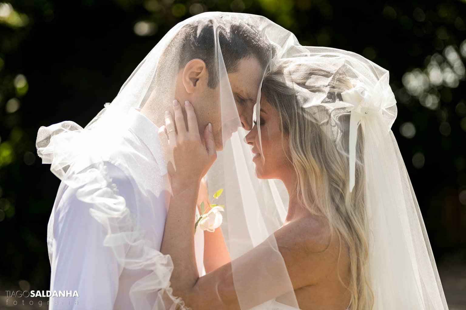 Casamento-Chandrélin-e-Laureano-cerimonia-na-igreja-Chan-e-Lau-foto-do-casal-Igreja-do-Quadrado-Trancoso6