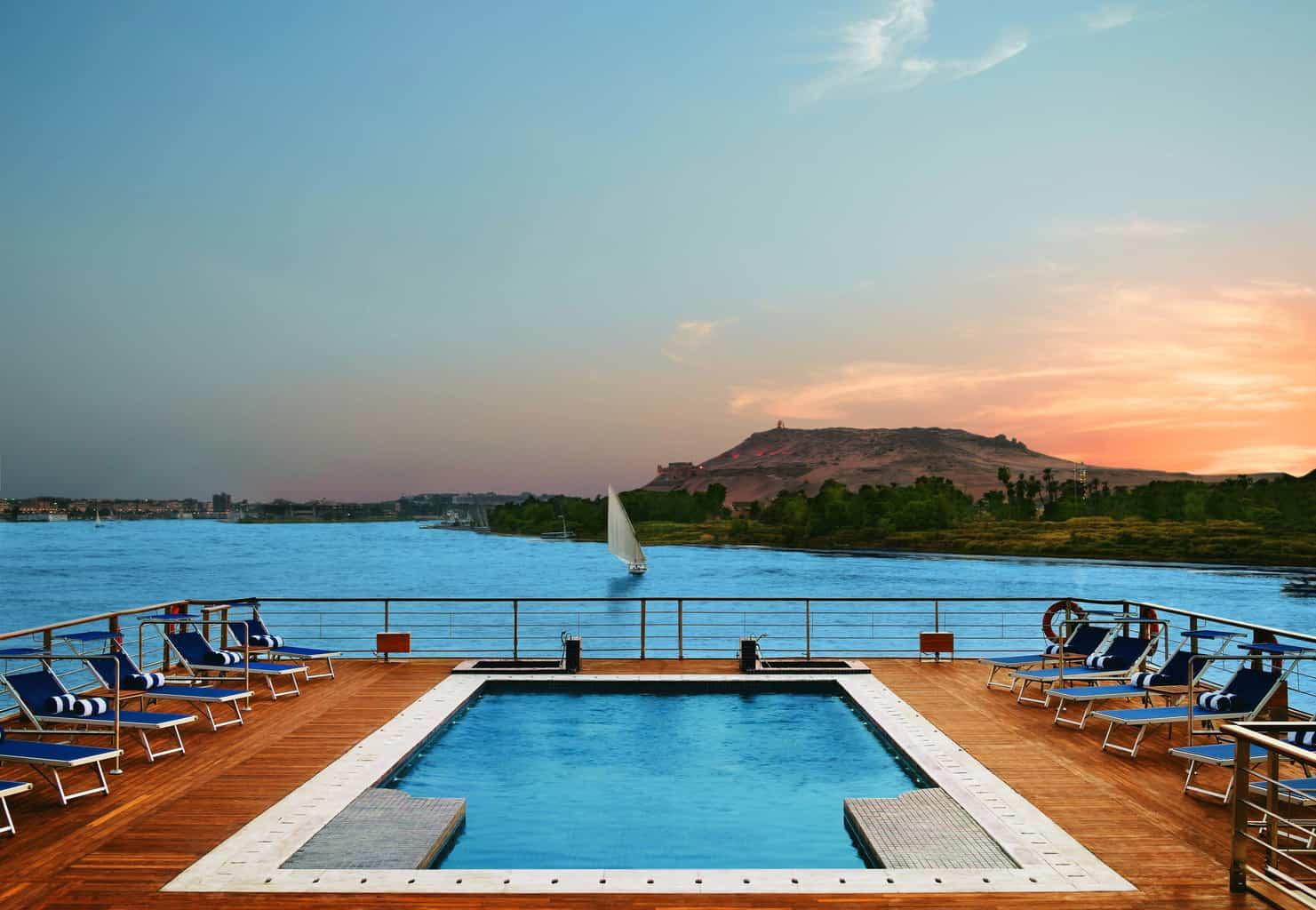 A-piscina-no-deck-do-Oberoi-Zahra-é-perfeita-para-momentos-de-relaxamento-a-dois-diante-de-paisagens-deslumbrantes-do-Nilo.