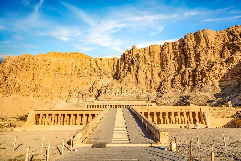 No-Vale-dos-Reis-e-Rainhas-pode-se-explorar-a-tumba-de-vários-faraós-decoradas-com-hieróglifos.