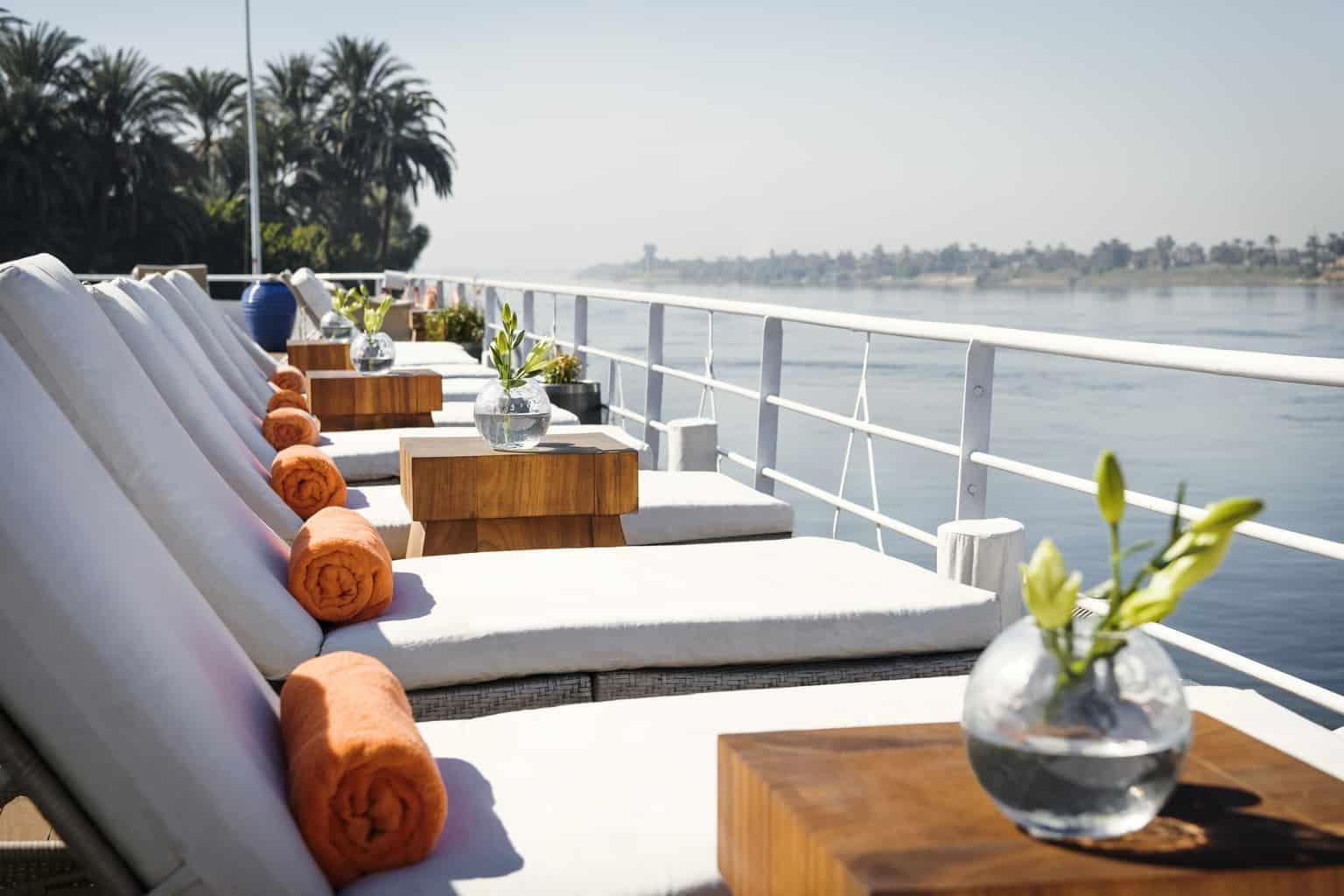 No-deck-do-Sanctuary-Sun-Boat-IV-há-piscina-aquecida-para-que-os-casais-aproveitem-juntos-momentos-de-relaxamento.