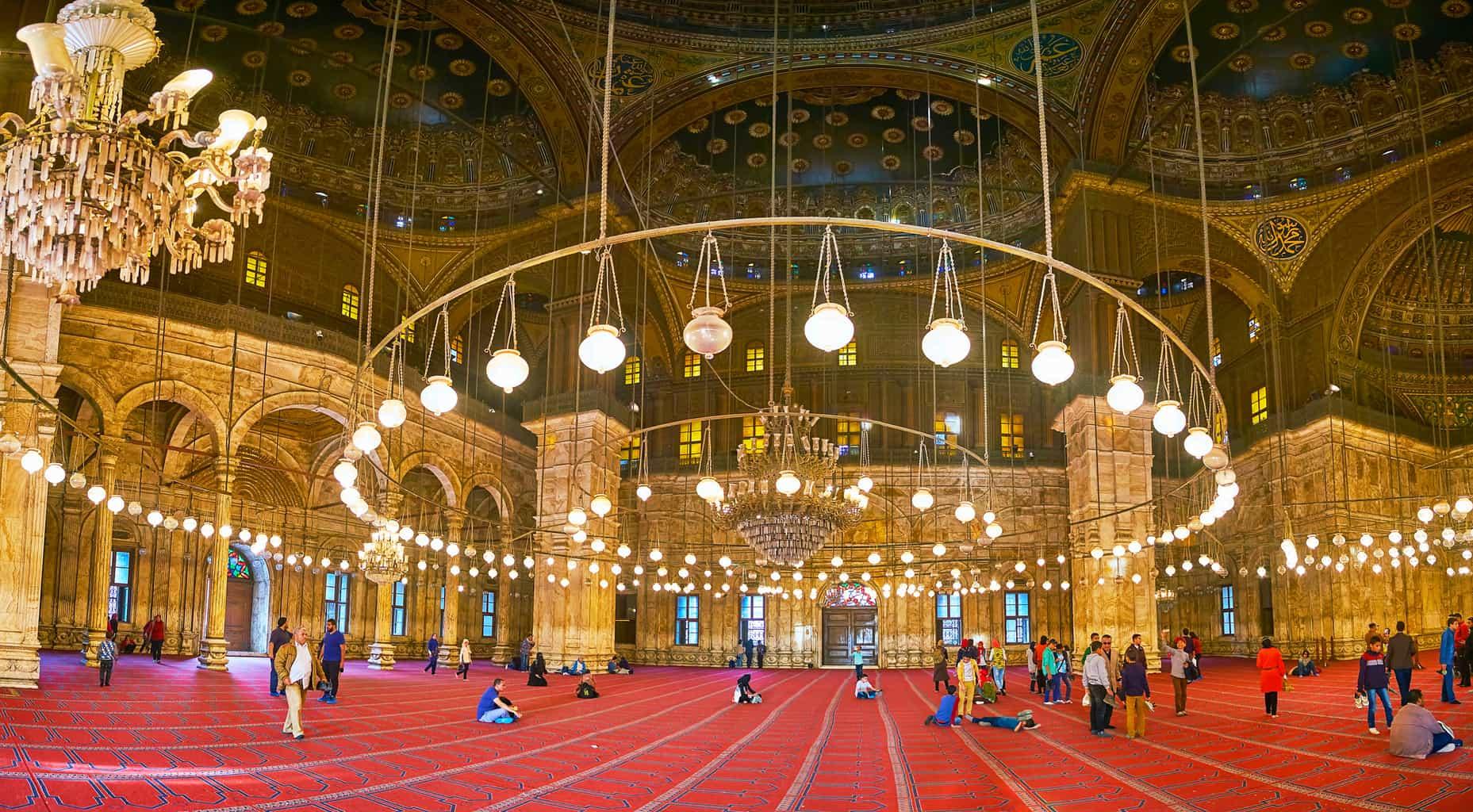 O-interior-da-Mesquita-de-Muhammad-Ali-é-tão-impressionante-quanto-a-sua-arquitetura-externa.