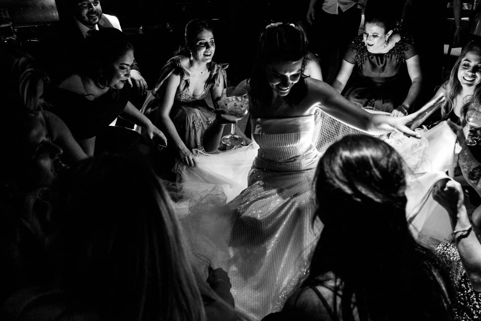 Bel-Benkler-eventos-Casamento-Ariane-e-Matheus-cerimonia-decoracao-contemporanea-fotografia-Rafael-Bigarelli-noivos-na-pista-Spazio-Giardini-24
