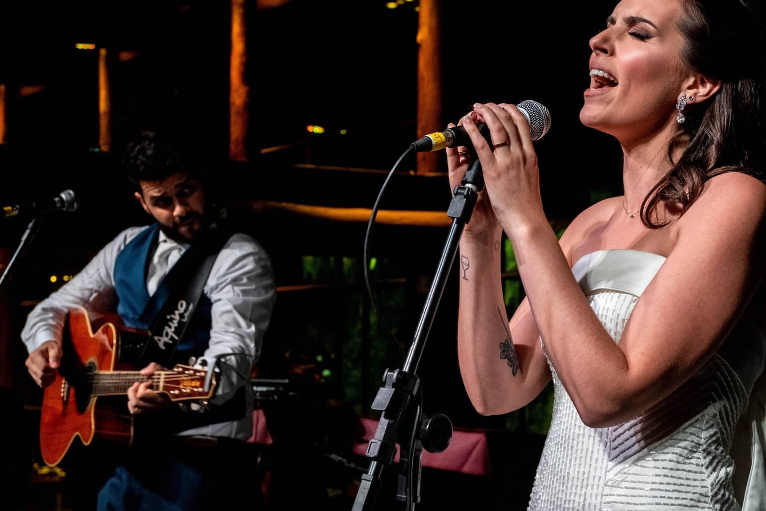 Bel-Benkler-eventos-Casamento-Ariane-e-Matheus-cerimonia-decoracao-contemporanea-fotografia-Rafael-Bigarelli-noivos-na-pista-Spazio-Giardini-27