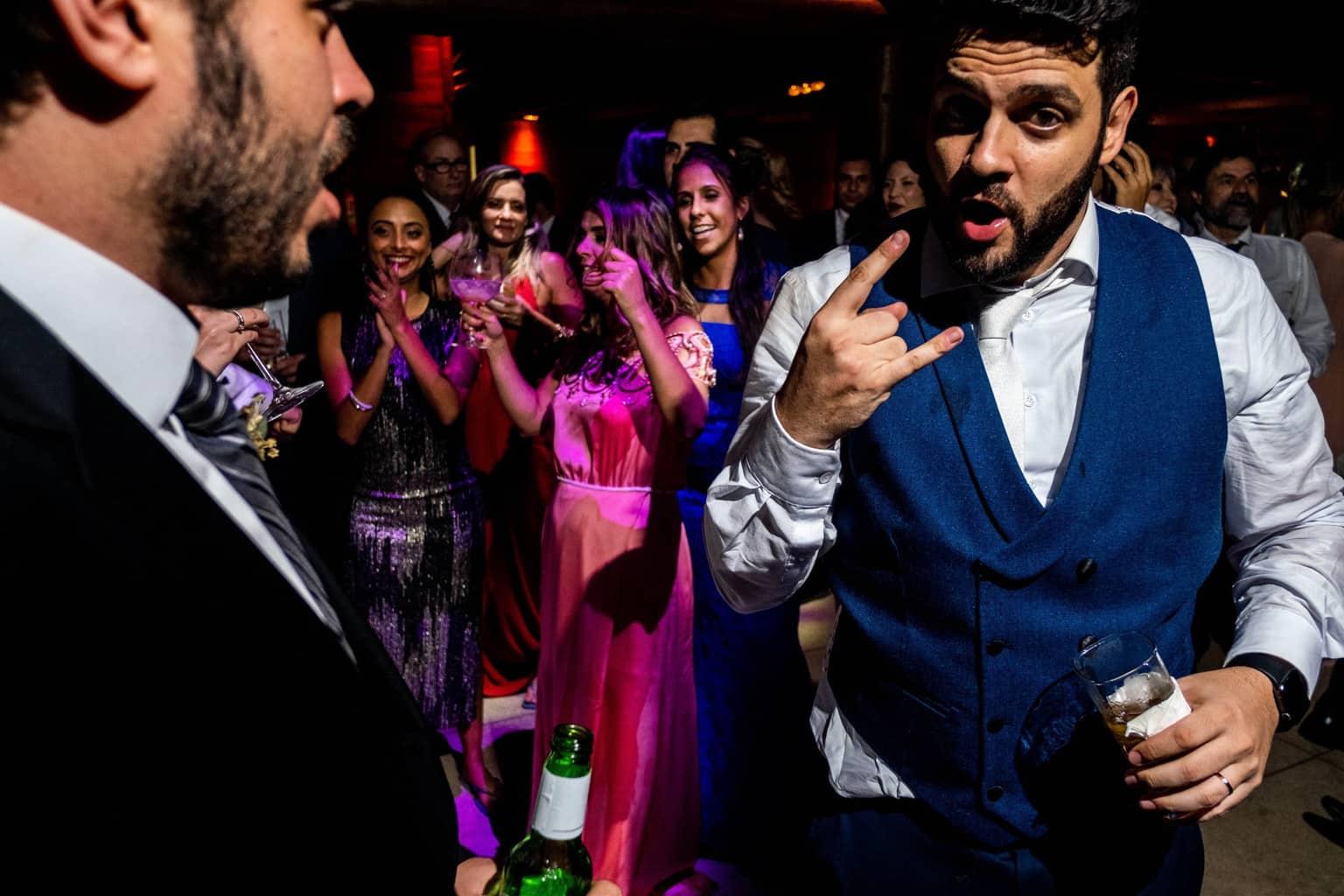Bel-Benkler-eventos-Casamento-Ariane-e-Matheus-cerimonia-decoracao-contemporanea-fotografia-Rafael-Bigarelli-noivos-na-pista-Spazio-Giardini-32