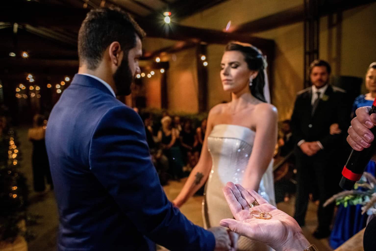 Bel-Benkler-eventos-Casamento-Ariane-e-Matheus-cerimonia-decoracao-contemporanea-fotografia-Rafael-Bigarelli-noivos-na-pista-Spazio-Giardini-41
