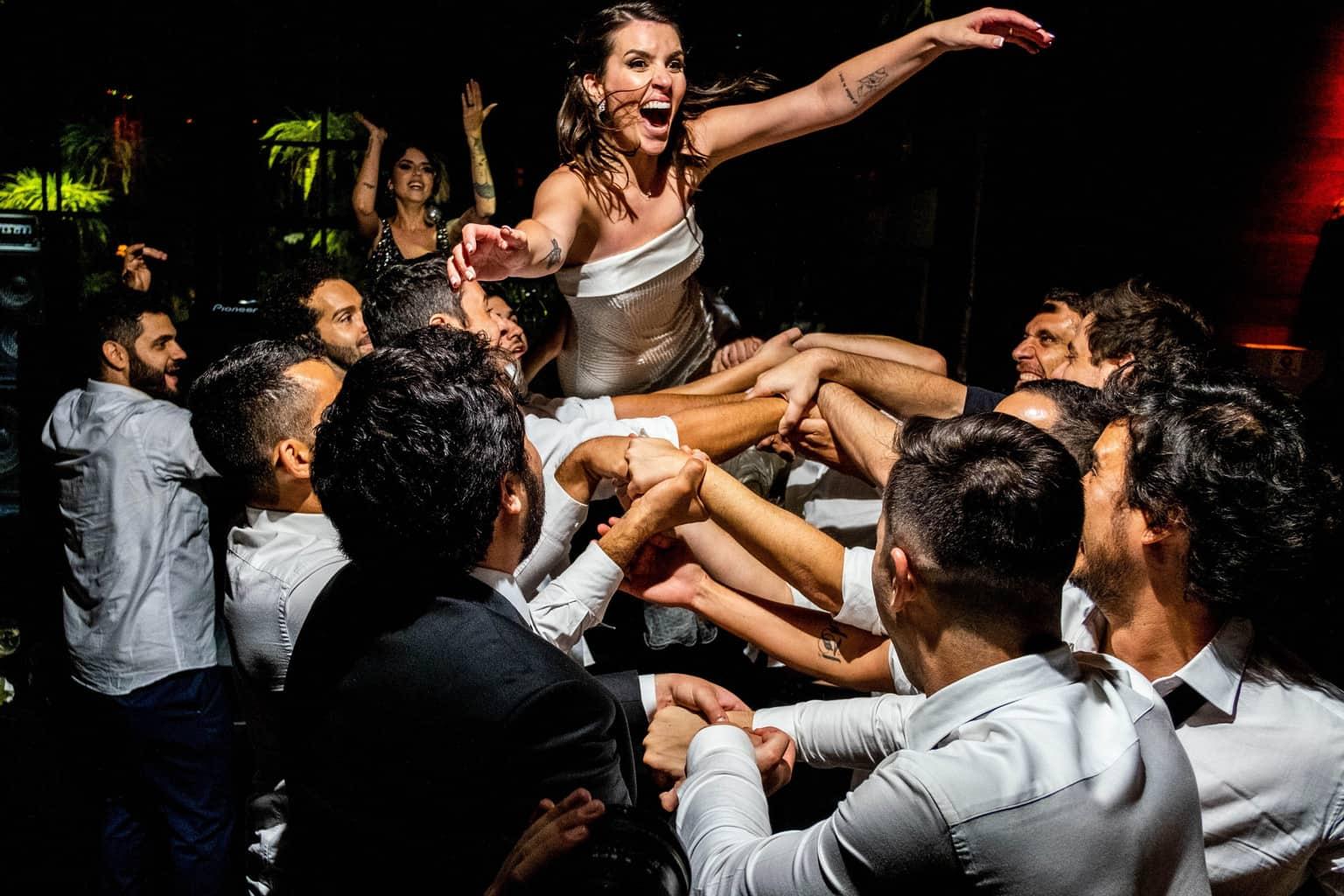 Bel-Benkler-eventos-Casamento-Ariane-e-Matheus-cerimonia-decoracao-contemporanea-fotografia-Rafael-Bigarelli-noivos-na-pista-Spazio-Giardini-53