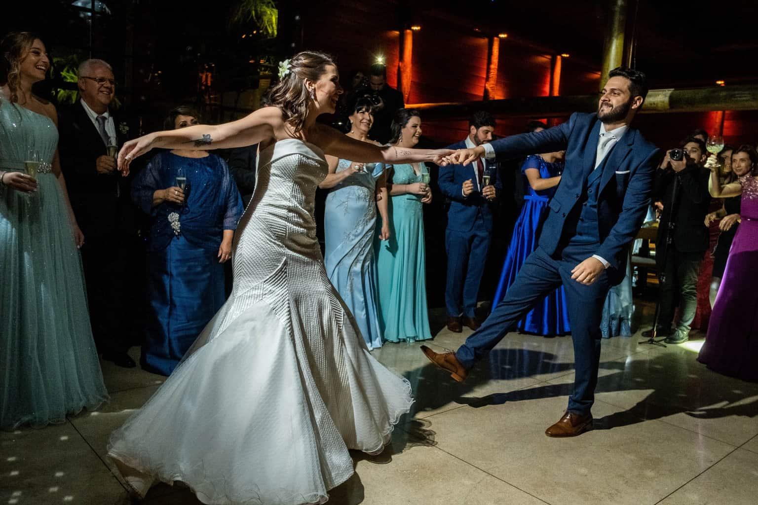 Bel-Benkler-eventos-Casamento-Ariane-e-Matheus-cerimonia-decoracao-contemporanea-fotografia-Rafael-Bigarelli-noivos-na-pista-Spazio-Giardini-62