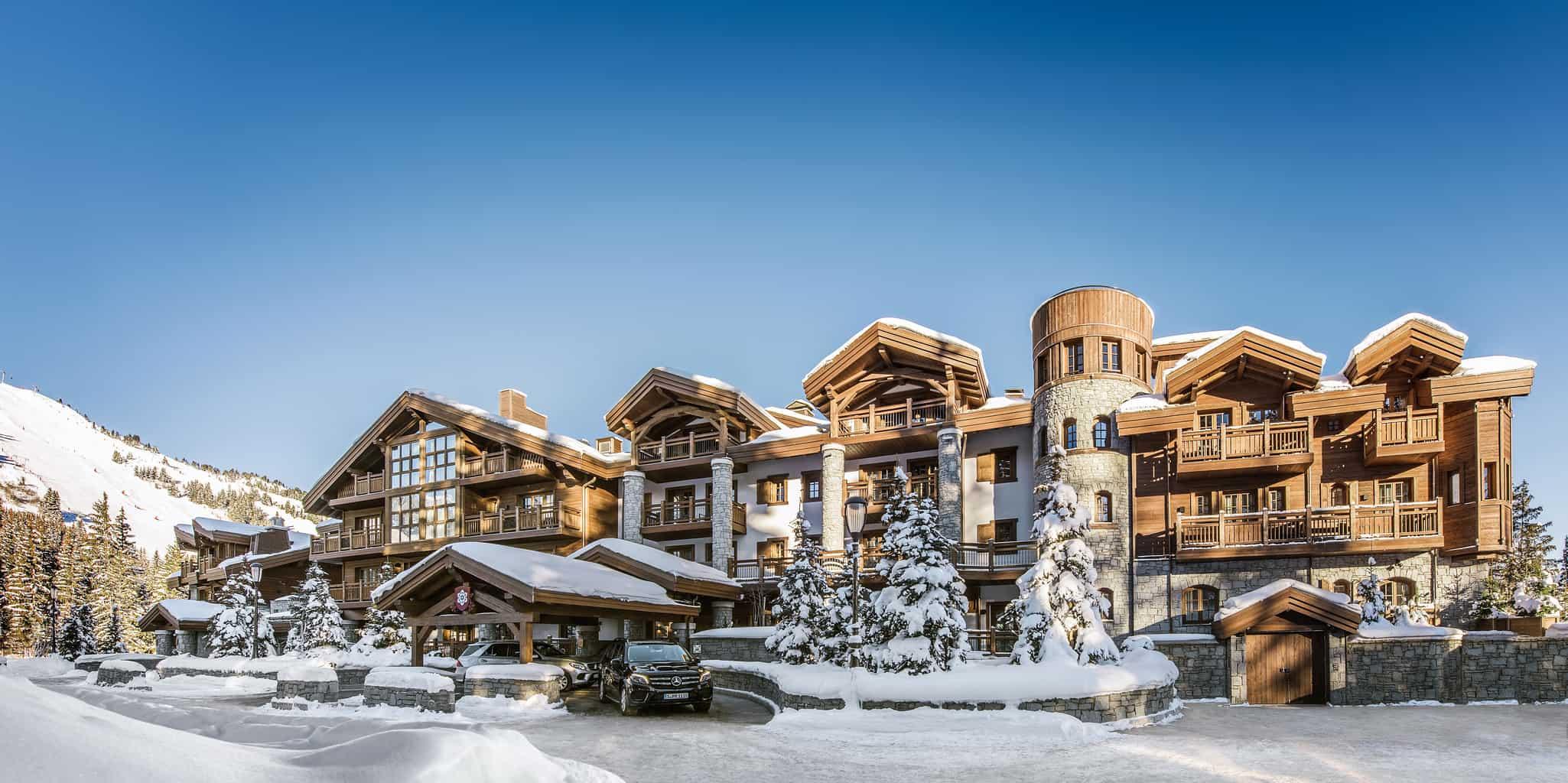 Com-o-estilo-dos-chalés-das-montanhas-o-LApogee-Courchevel-é-um-refúgio-de-inverno-perfeito-para-viagens-especiais-realizadas-a-dois.