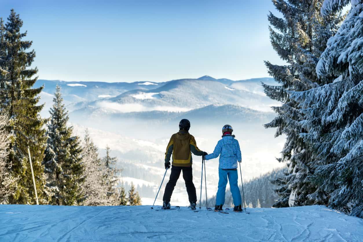 Os-casais-mais-aventureiros-encontram-em-Courchevel-mais-de-600-quilômetros-de-pistas-esquiáveis-que-são-ideais-para-diversos-níveis.