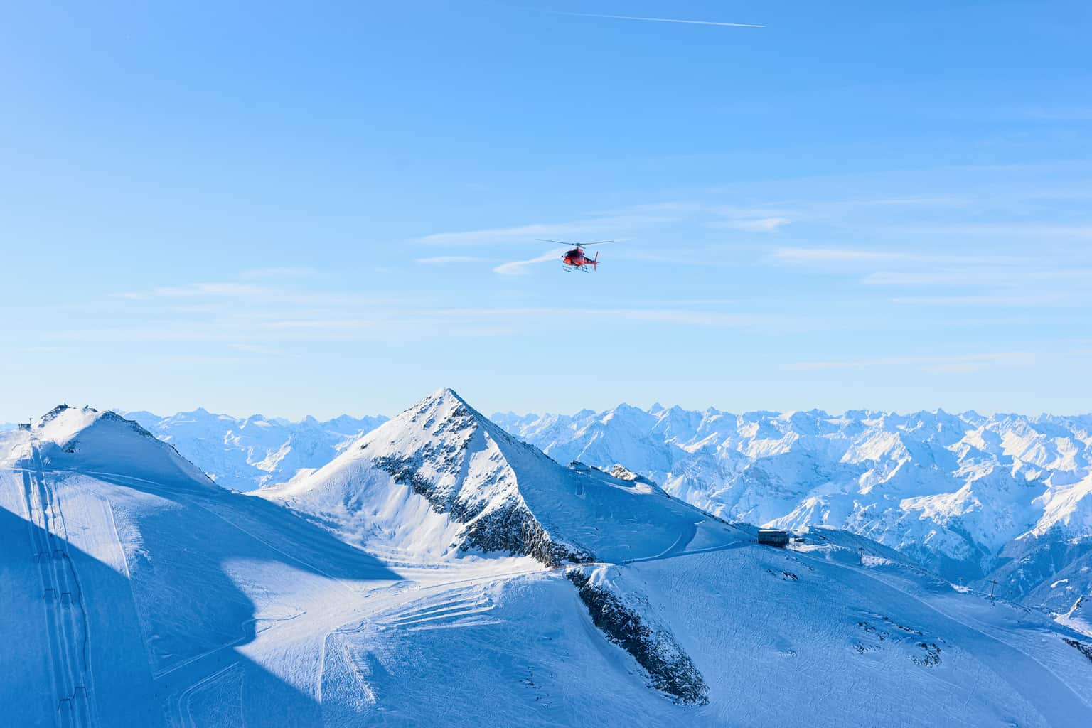 Para-uma-perspectiva-mais-diferente-dos-Alpes-um-passeio-romântico-de-helicóptero-não-pode-ficar-de-fora-do-roteiro.