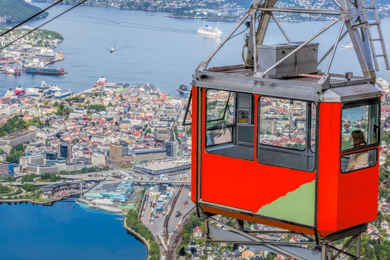 A-643-metros-acima-do-nível-do-mar-o-Monte-Ulriken-é-a-montanha-mais-alta-de-Bergen-e-pode-ser-acessado-por-um-passeio-de-teleférico.