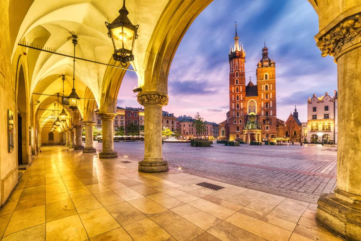 A-Praça-Rynek-Glowny-em-Cracóvia-é-uma-das-maiores-praças-medievais-de-todo-o-continente.