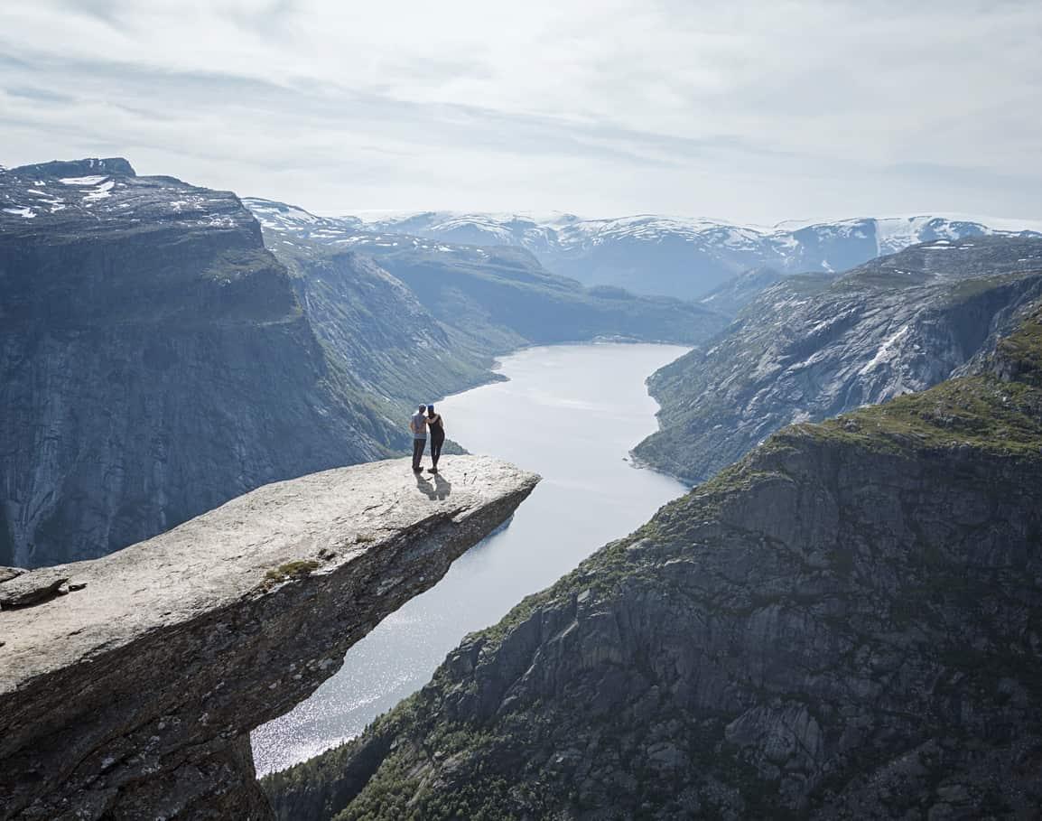 A-icônica-Trolltunga-é-uma-formação-rochosa-com-mais-de-mil-metros-de-altura-que-garante-um-visual-fascinante-do-seu-topo.