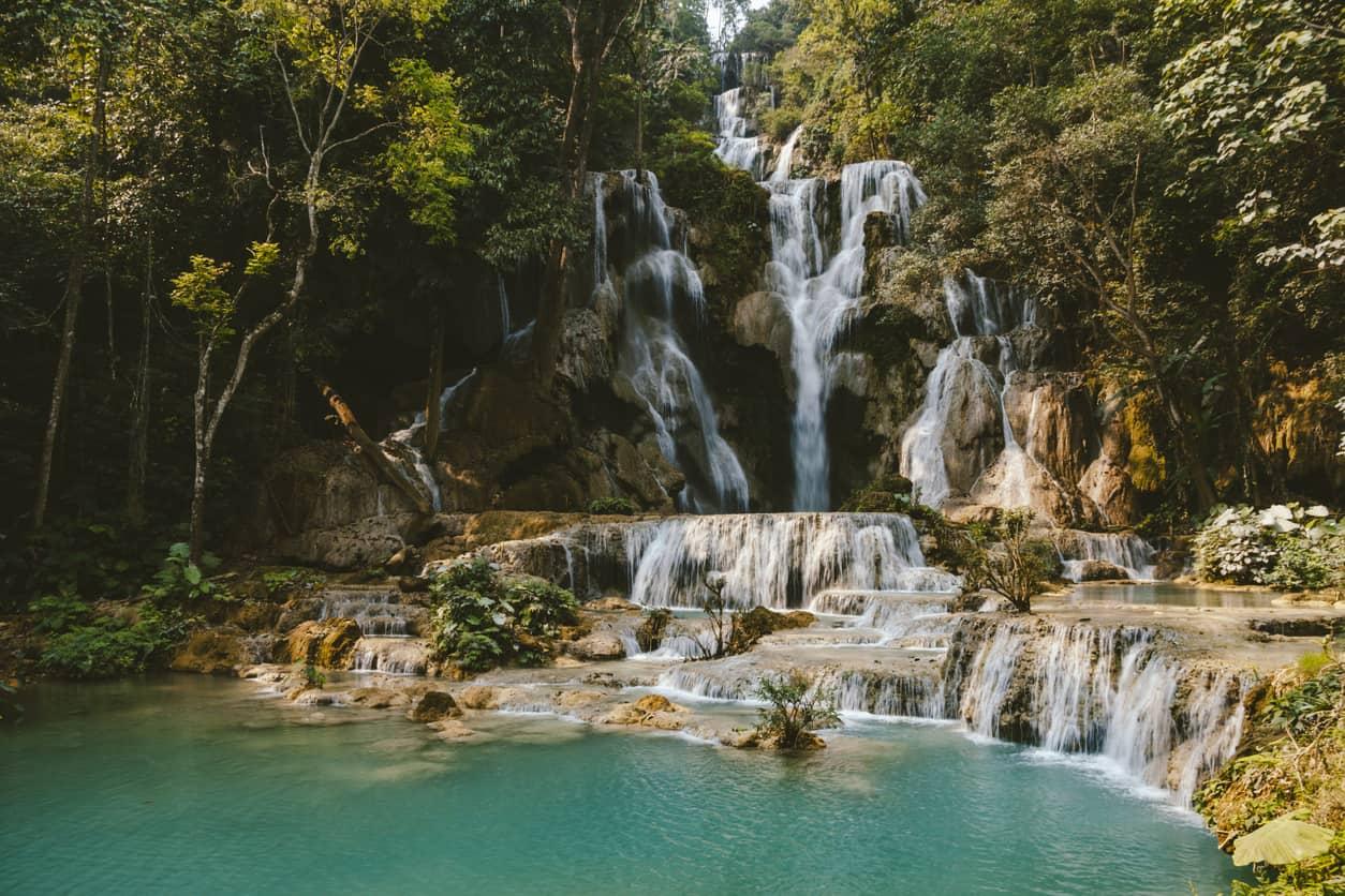 As-cachoeiras-de-Kuang-Si-formam-uma-piscina-natural-que-mistura-vários-tons-de-azul-e-verde.