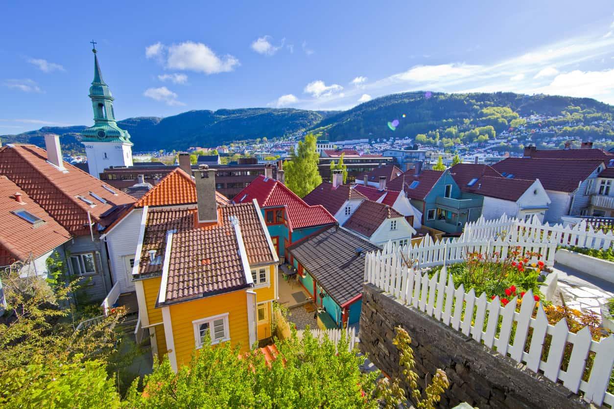 Cercada-por-montanhas-Bergen-é-a-segunda-maior-cidade-da-Noruega-e-ainda-preserva-o-charme-de-pequenas-cidades.