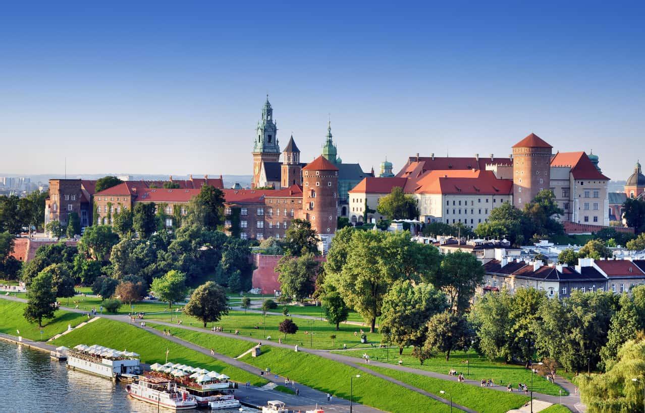Cracóvia-está-às-margens-do-Rio-Vístula-o-que-por-si-só-já-garante-um-cenário-bem-bonito-e-a-torna-uma-das-cidades-mais-inspiradoras-da-Polônia.