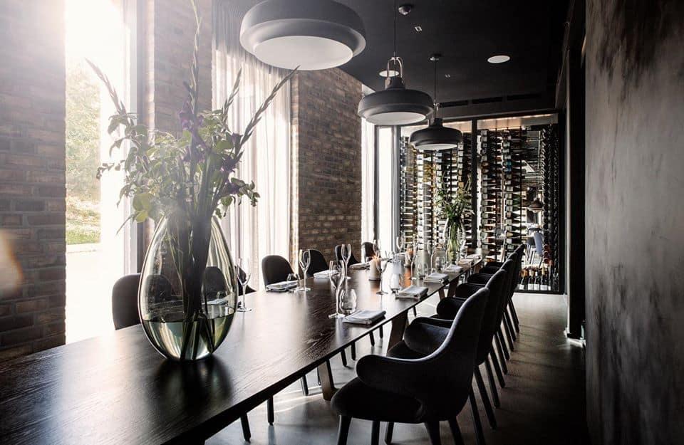 Dono-de-uma-estrela-Michelin-o-Kontrast-é-um-moderno-restaurante-dedicado-a-experiências-gastronômicas-norueguesas.