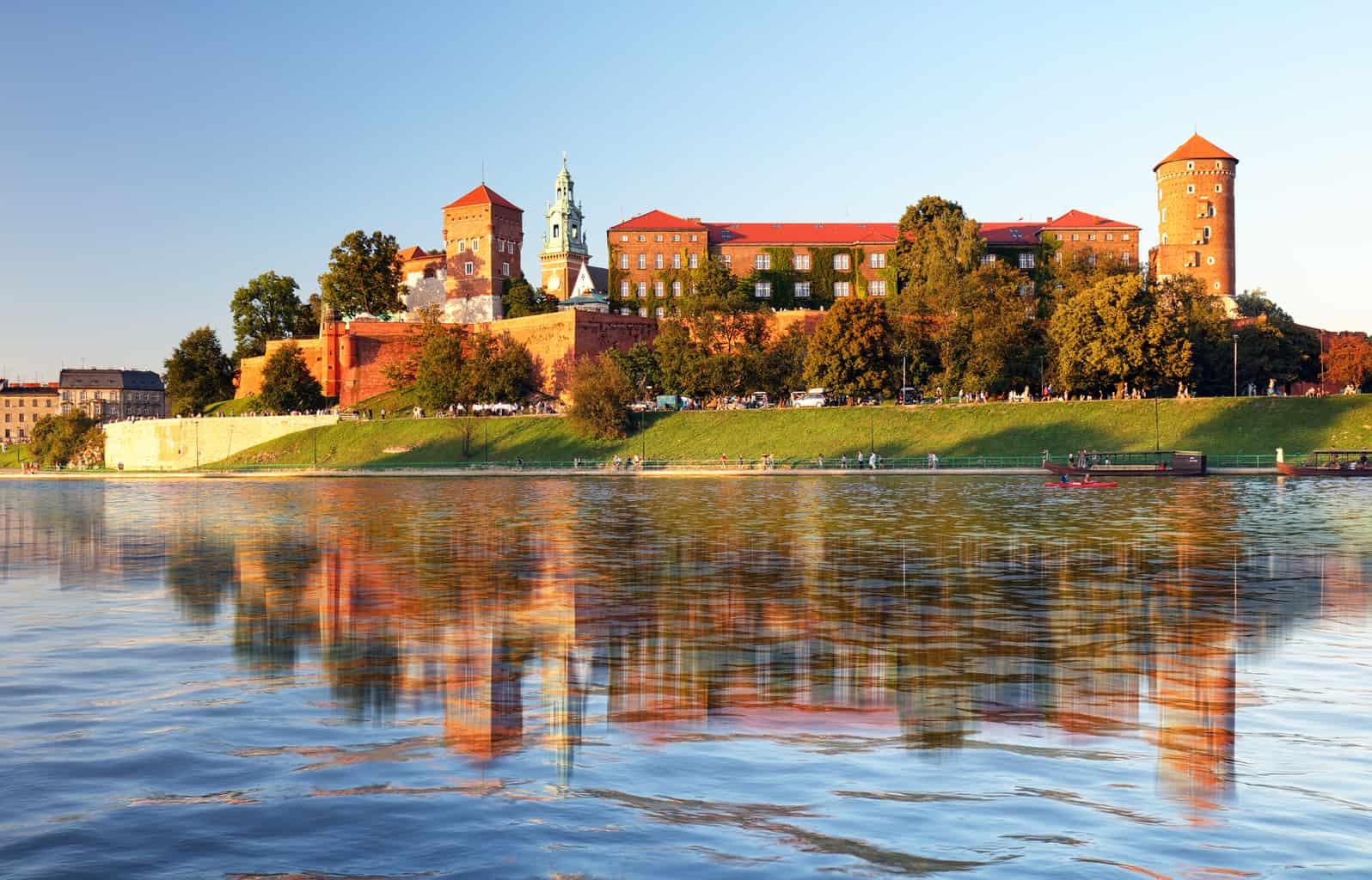 Em-Cracóvia-o-Castelo-Real-é-comparado-ao-Palácio-de-Buckingham-da-Inglaterra-por-conta-da-sua-importância-histórica-aos-poloneses.