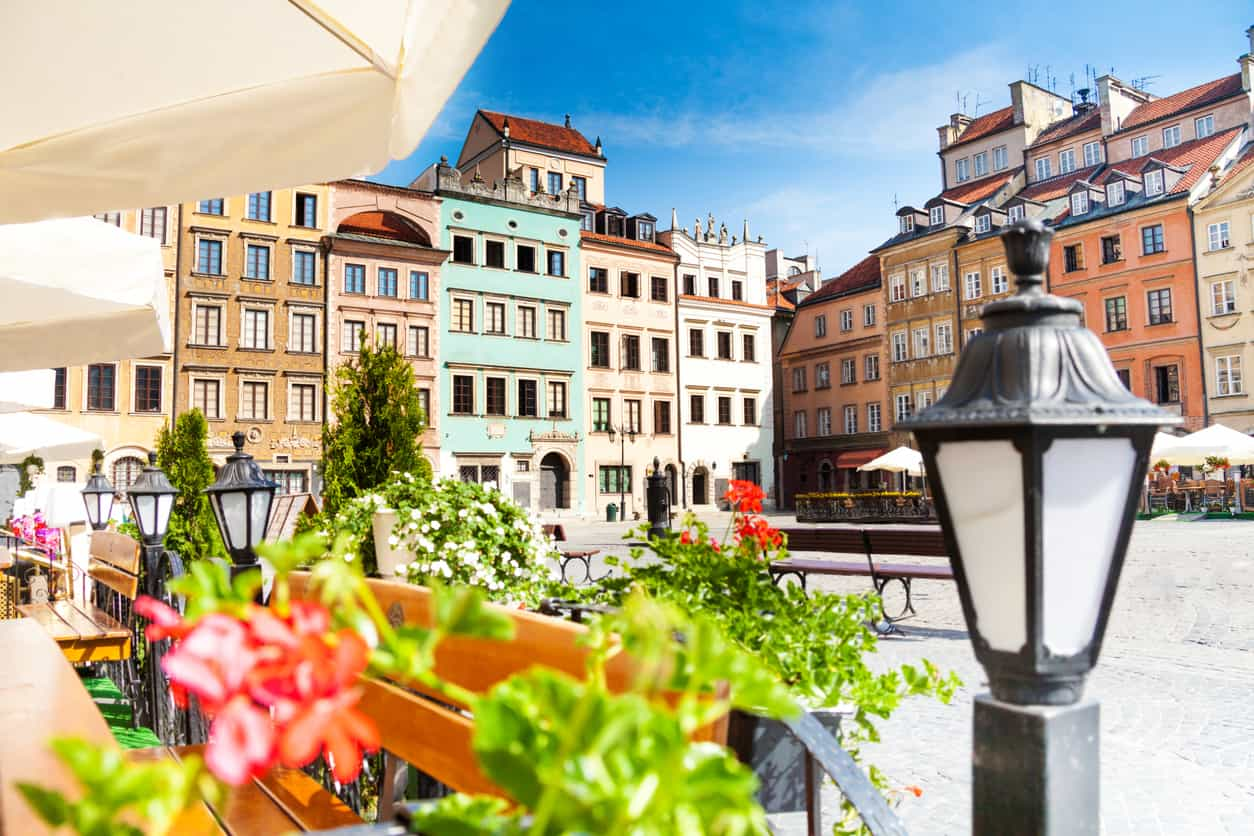 Em-Varsóvia-vários-cafés-compõem-o-cenário-e-nos-dias-mais-quentes-suas-mesinhas-são-colocadas-na-calçada-deixando-o-clima-ainda-mais-vibrante.