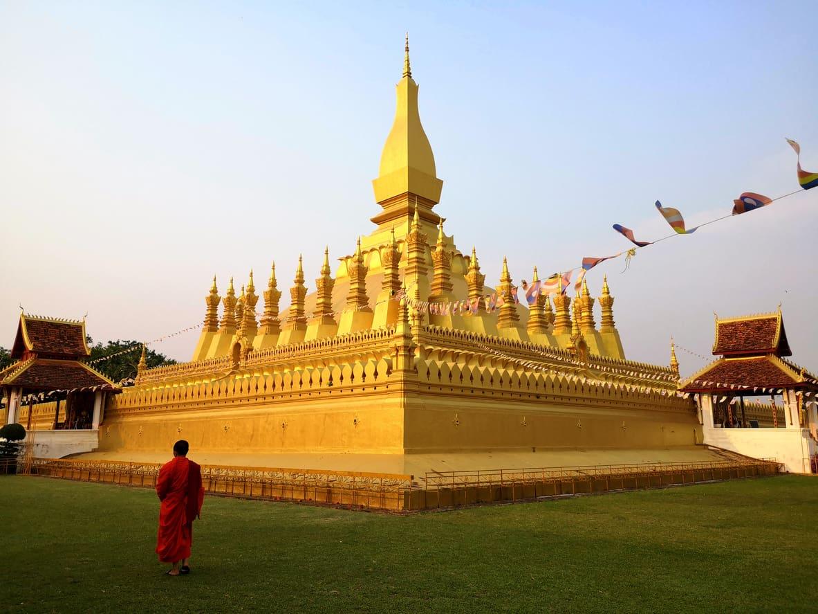 Em-Vientiane-o-Pha-That-Luang-é-um-dos-símbolos-budistas-mais-importantes-do-destino-e-segundo-as-tradições-abriga-uma-relíquia-muito-sagrada-o-osso-esterno-de-Buda.