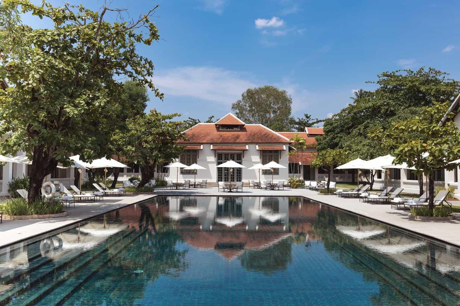 O-hotel-Amantaka-em-Luang-Prabang-está-instalado-em-uma-propriedade-histórica-rodeada-por-áreas-verdes.