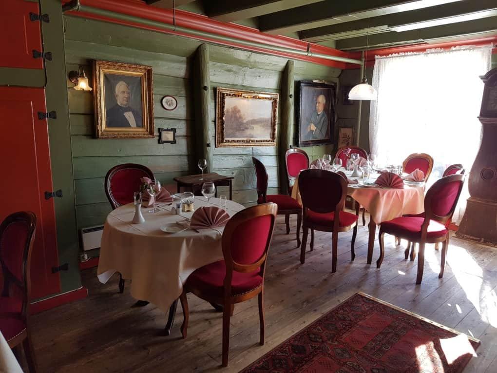 O-restaurante-Ehjorningen-Fiskerestaurant-conta-com-design-clássico-e-está-localizado-no-Bryggen.