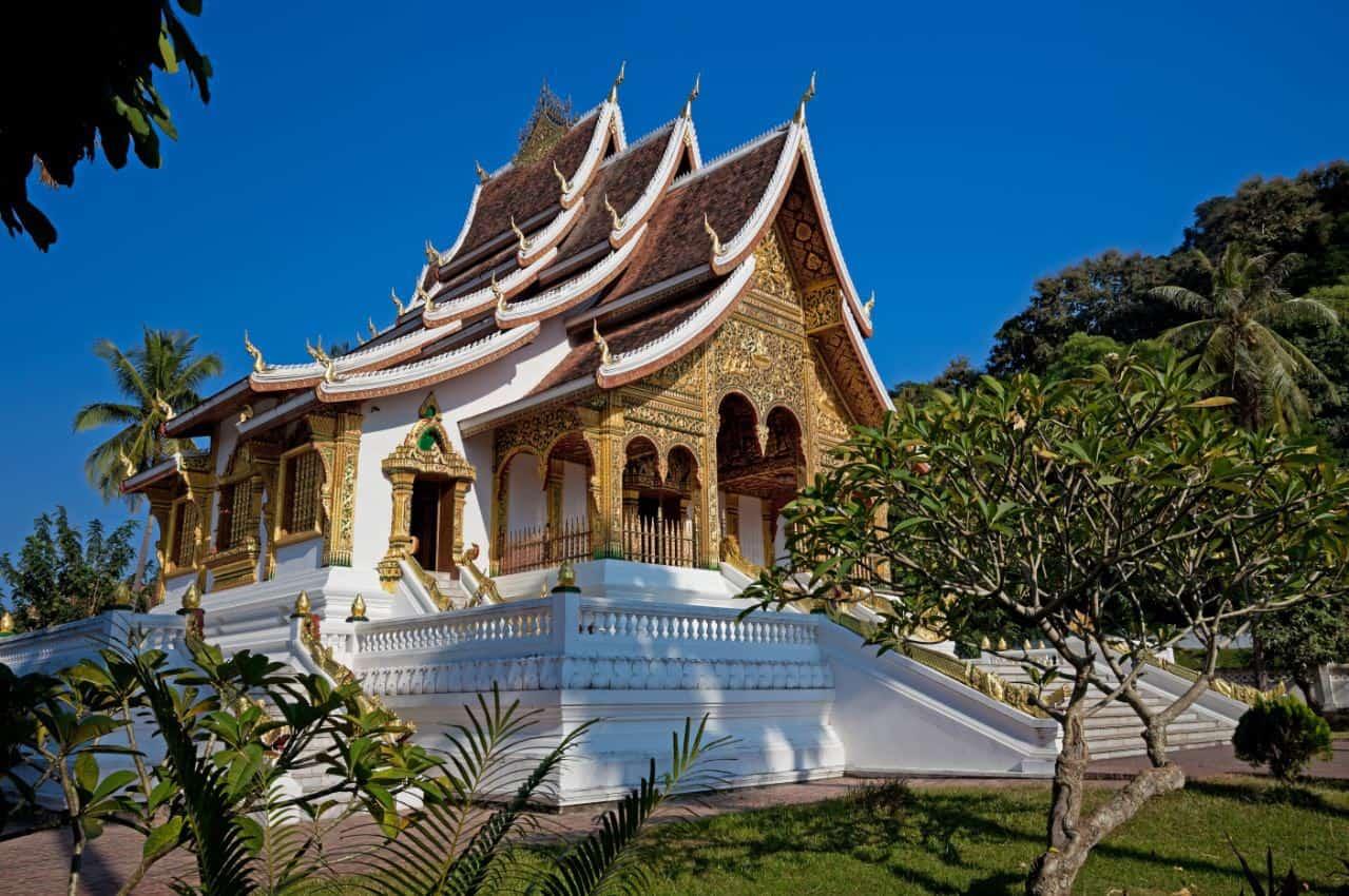 O-templo-Wat-Mai-Suwannaphumaham-é-um-dos-maiores-do-país-além-de-ser-considerado-um-dos-mais-bem-decorados.
