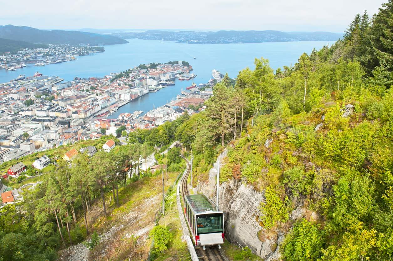 Os-visitantes-alcançam-o-Monte-Floyen-a-partir-de-um-passeio-de-funicular-que-proporciona-vistas-belíssimas-do-alto-da-cidade.
