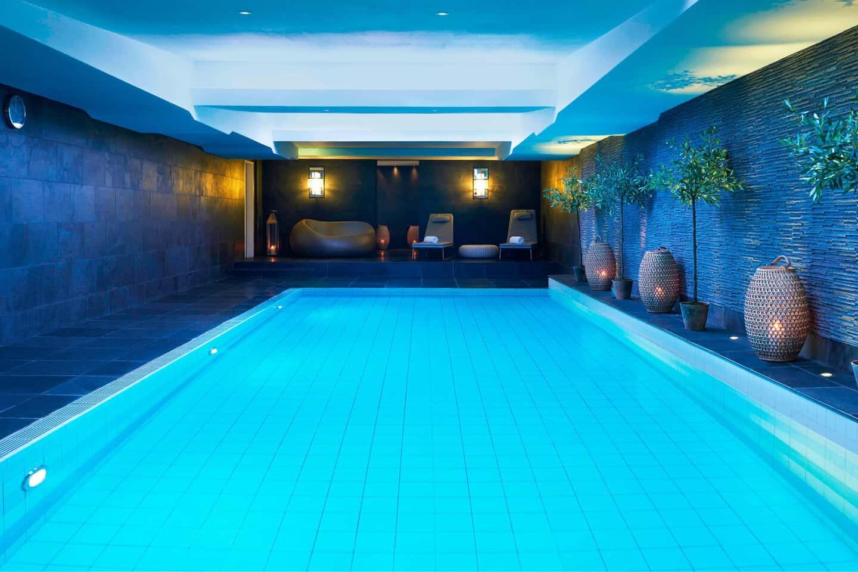 Para-relaxar-o-Hotel-Bristol-ainda-proporciona-spa-área-fitness-e-piscina-indoor-aquecida.
