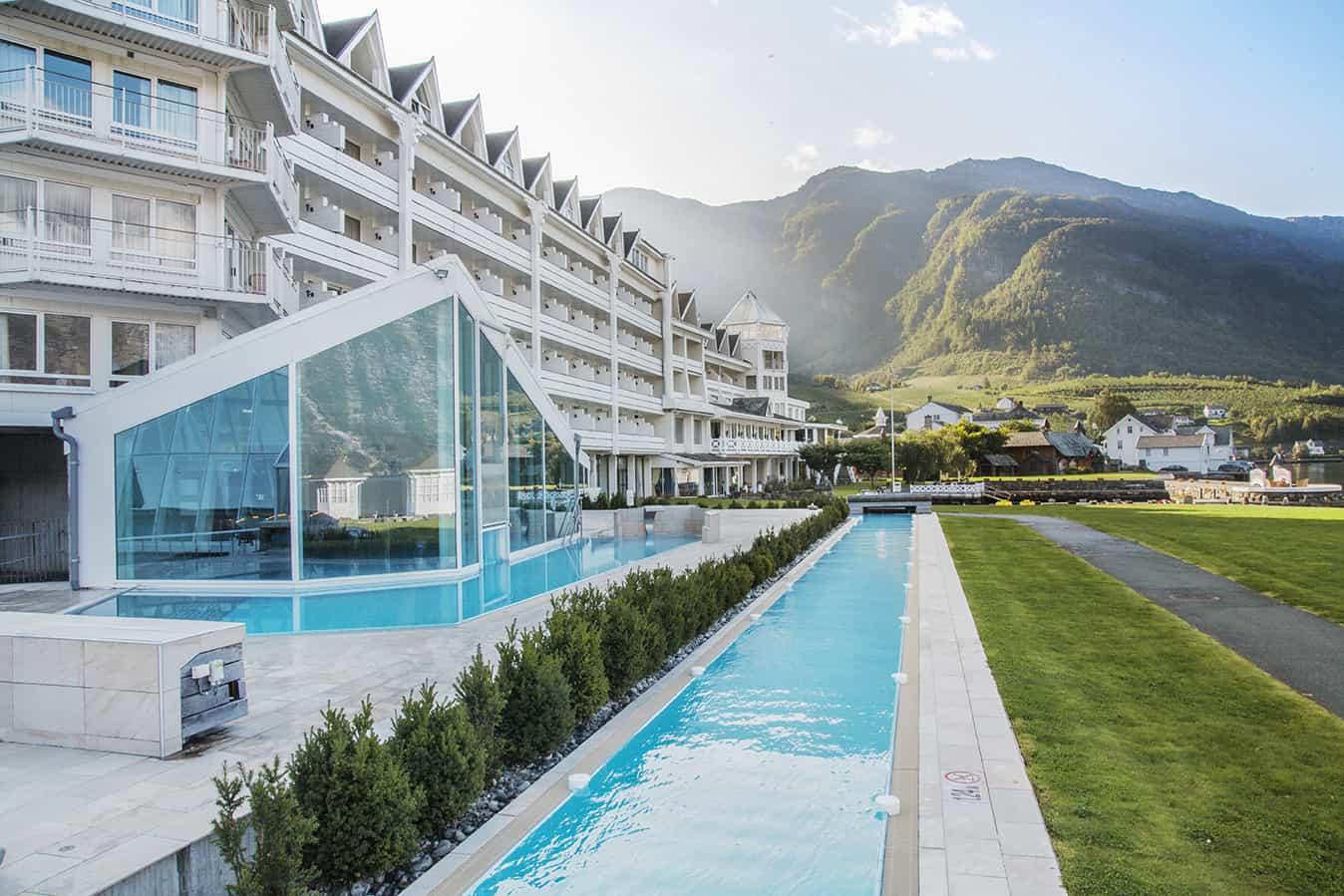 Proporcionando-vistas-deslumbrantes-de-várias-paisagens-naturais-icônicas-o-Hotel-Ullesvang-também-está-de-frente-para-os-fiordes.