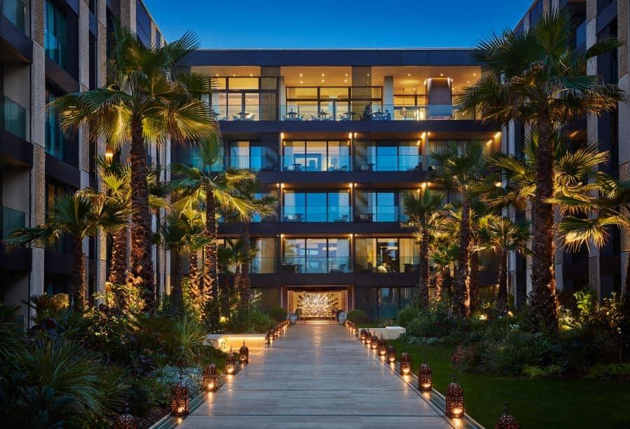 -beira-mar-o-Four-Seasons-Hotel-Casablanca-permite-vistas-panorâmicas-do-Atlântico-a-partir-das-suas-amplas-e-bem-decoradas-suítes.