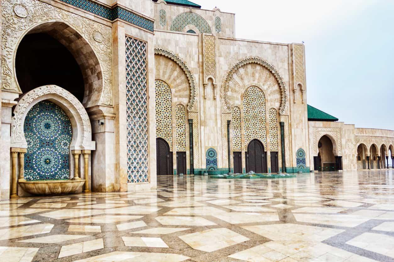 Com-impressionante-e-arrojado-design-árabe-a-Mesquita-Hassan-II-ostenta-ares-clássicos-conferidos-pelo-uso-de-mármore-e-granito.