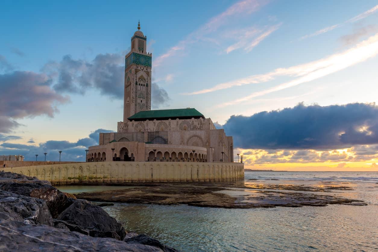 Inaugurada-em-1993-a-Mesquita-Hassan-II-está-entre-as-maiores-do-mundo-e-é-um-dos-cartões-postais-mais-emblemáticos-de-Casablanca.