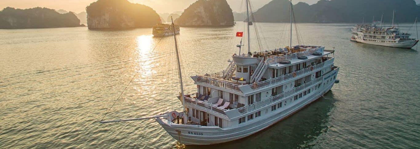 A-Paradise-Cruises-a-bordo-do-navio-Paradise-Peak-realiza-um-cruzeiro-com-o-todo-o-conforto-por-Halong-Bay.