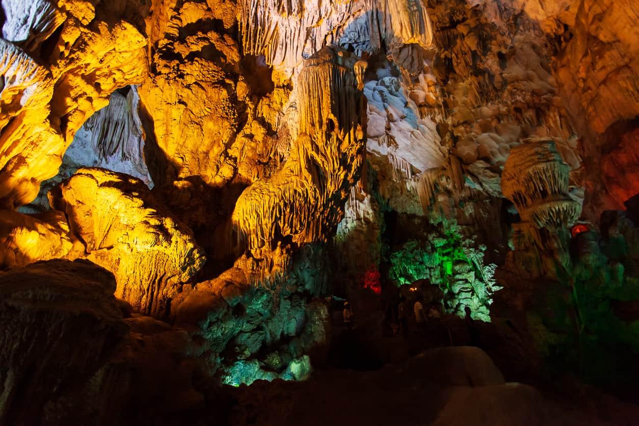Dentre-os-principais-atrativos-de-Halong-Bay-estão-cavernas-subaquáticas-e-grutas.