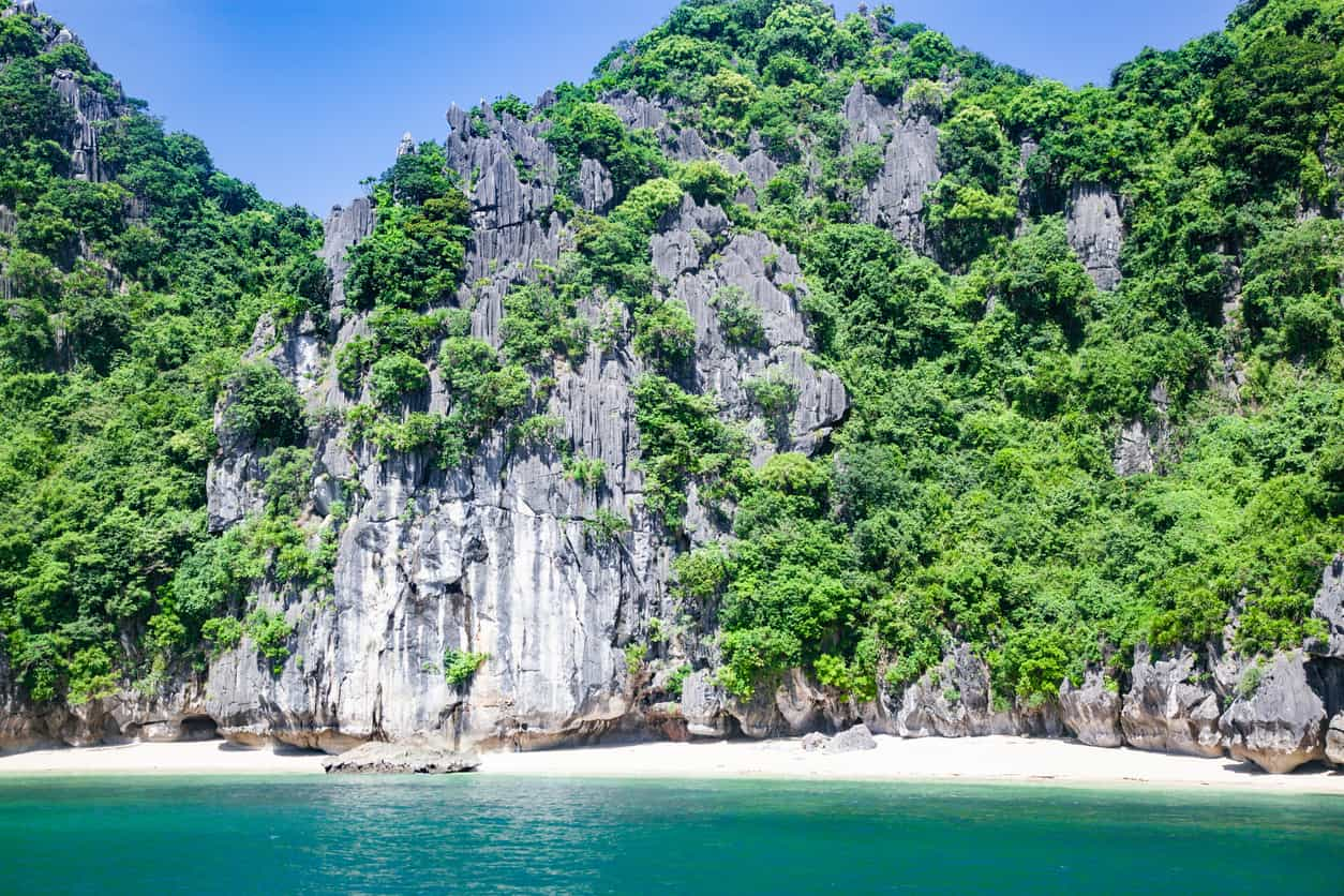Halong-Bay-foi-declarada-Patrimônio-Mundial-da-Humanidade-pela-Unesco-e-está-na-lista-das-Sete-Maravilhas-da-Natureza.