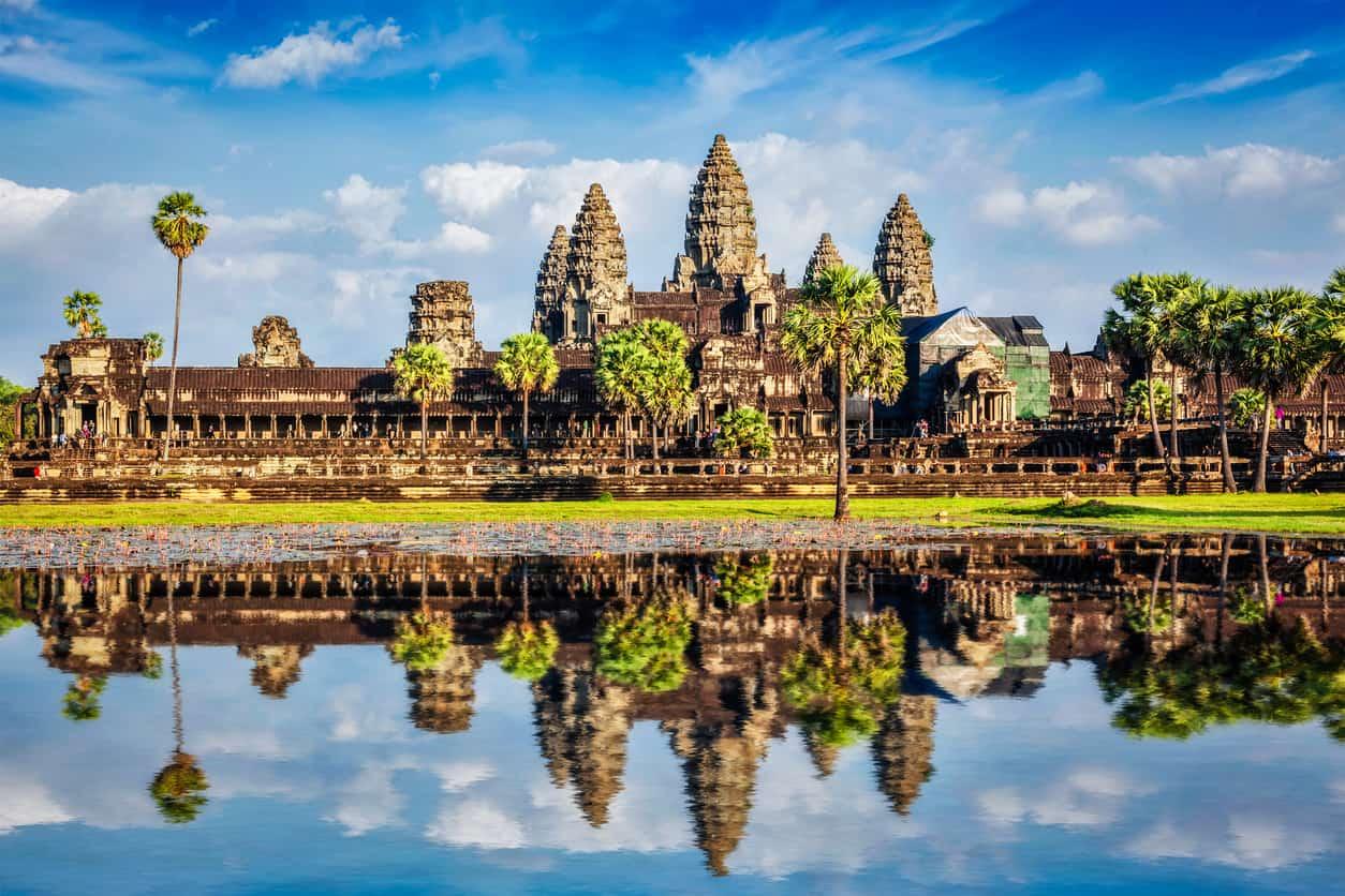 Siem-Reap-está-aninhada-entre-plantações-de-arroz-abrigando-vários-templos-e-museus.