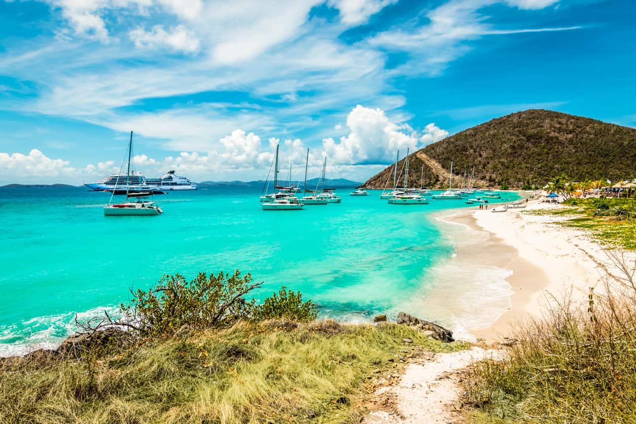 Além-das-belezas-paradisíacas-as-Ilhas-Virgens-Britânicas-são-conhecidas-como-o-maior-polo-de-aluguel-de-veleiros-do-Caribe.
