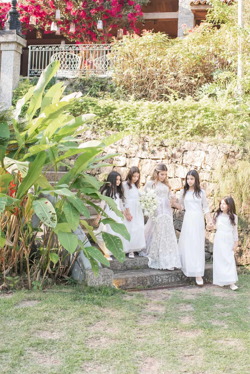Casamento-Paula-e-Alex-Fotografia-Marina-Fava-entrada-da-noiva-com-as-filhas